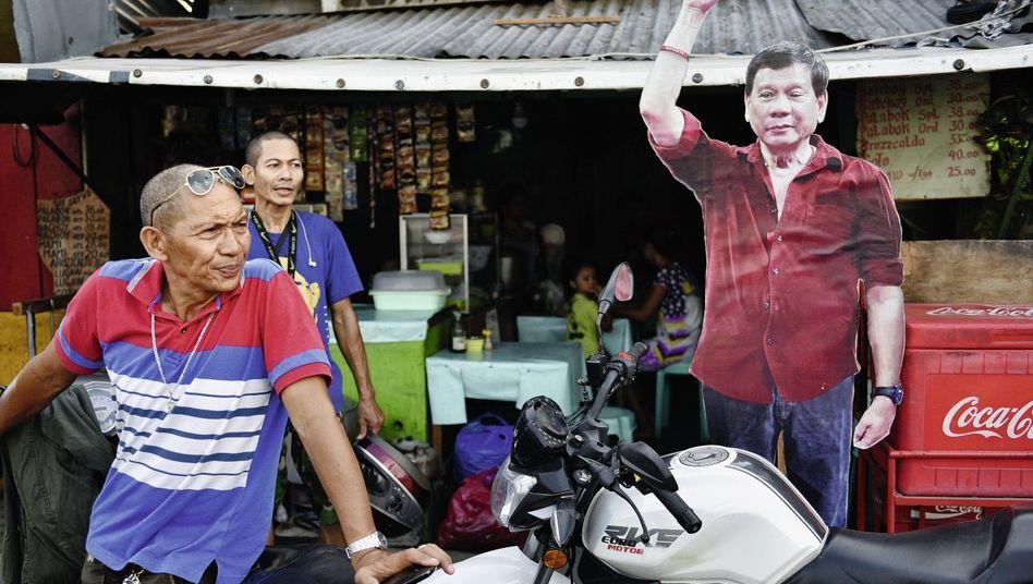 Pappfigur Dutertes in Davao