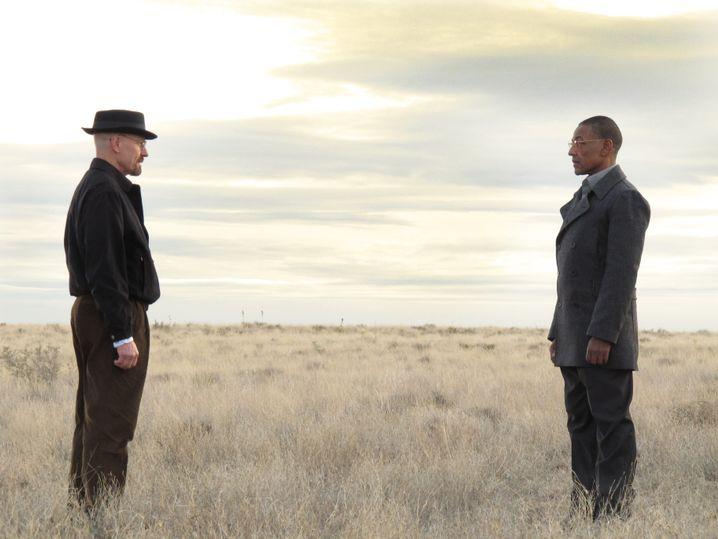 Als Alter Ego Heisenberg traut sich Walt (Bryan Cranston, links) sogar, Drogenbossen wie Gus (Giancarlo Esposiot) unerschrocken entgegenzutreten.