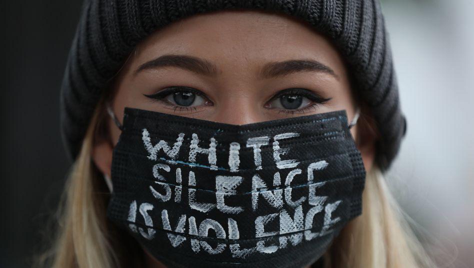Demonstrantin am 6. Juni vor der US-Botschaft in Irland: Die eigene Erfahrung selbstverständlich als Norm gesetzt