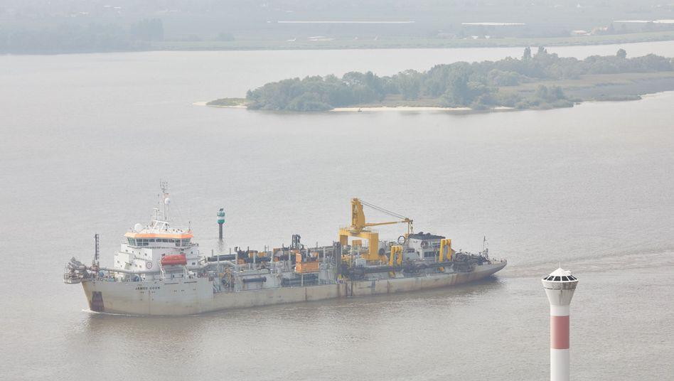 Baggerschiff auf der Elbe (Archivbild)
