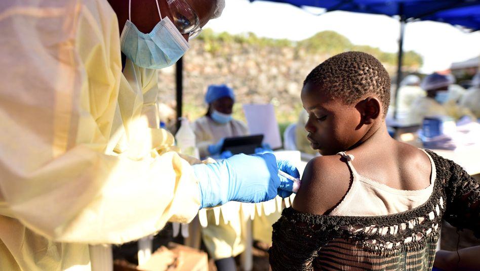 Ebola-Ausbruch: Eine Frau impft ein Kind im Kongo