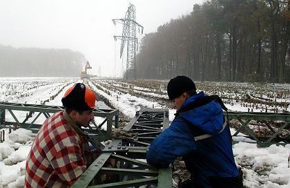 "RWE-Monteure errichten einen Notstrommast: ""Stark belasteten"" Kunden soll jetzt geholfen werden"