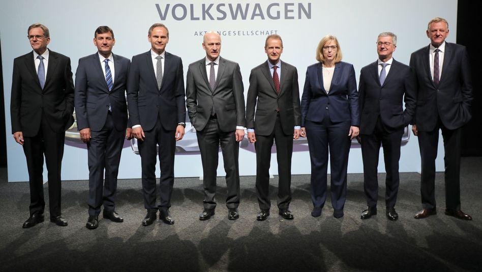 VW-Vorstandsmitglieder, Vorstandschef Diess (2.v.r.)