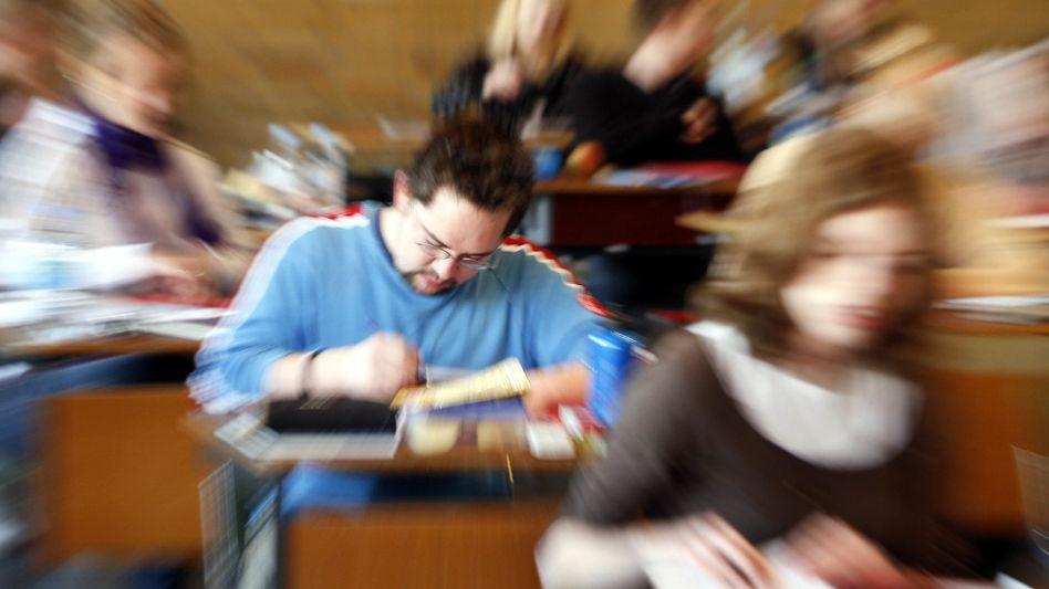 Nur blinder Alarm? Abiturientinnen und Abiturienten bei einer Klausur (Archivbild)