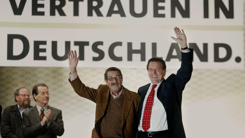 Grass im Jahr 2005 mit SPD-Kanzler Schröder: Wahlkampfhilfe nicht mehr gefragt