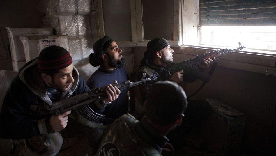 Kämpfer der Rebellen im syrischen Aleppo: Verlängern Waffenlieferungen den Krieg nur?