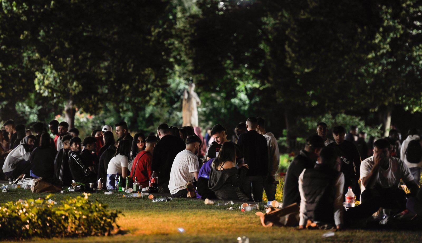 Jugendliche und die Polizei. Nachts am Eckensee im Schlosspark Stuttgart am 18.07. Einige Hundert von Jugendlichen sitz