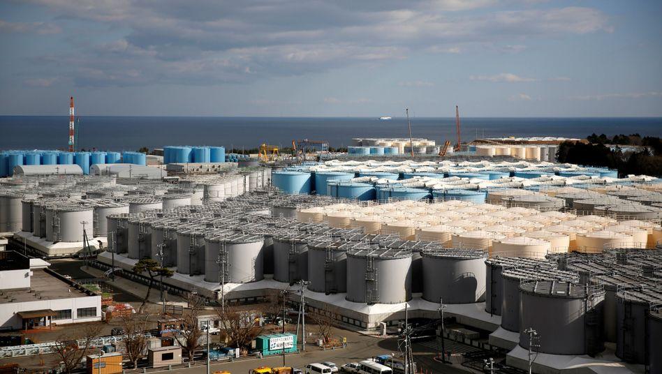 Tanks für radioaktives Wasser in der Stadt Okuma in der Präfektur Fukushima