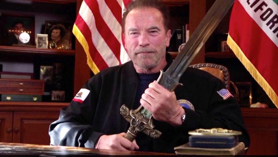 Schwarzeneggers Videoansprache: mit Conans Schwert gegen Trump und Co.