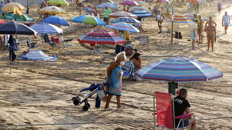 Strand im Osten Spaniens: Seit Ende Juni sind die Coronazahlen praktisch überall im Land rapide in die Höhe geschossen