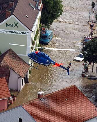 Mit Helikoptern retteten die Behörden in Österreich mehrere Menschen vor dem Ertrinken