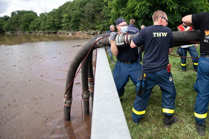 Helfer des Technischen Hilfswerks (THW) ließen Schläuche in die Steinbachtalsperre hinab, um das Wasser abzupumpen