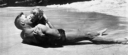 """Liebeszene mit Burt Lancaster und Deborah Kerr aus """"Verdammt in alle Ewigkeit"""": Gewagter Durchbruch in Hollywood"""
