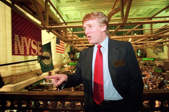 "Fiktiver Selfmade-Mann: Trump (hier 1995 an der New Yorker Börse) verließ sich auf Steuertricks und ""finanzielle Täuschung"""