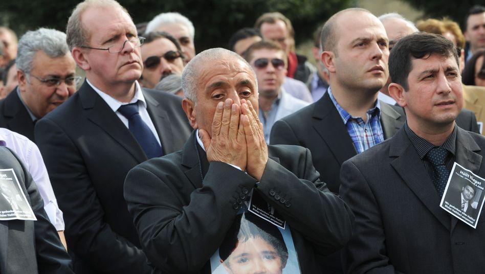 """Ismail Yozgat (hier bei einer Gedenkveranstaltung für seinen Sohn): """"Es tut mir leid, aber ich glaube dir überhaupt nicht"""""""