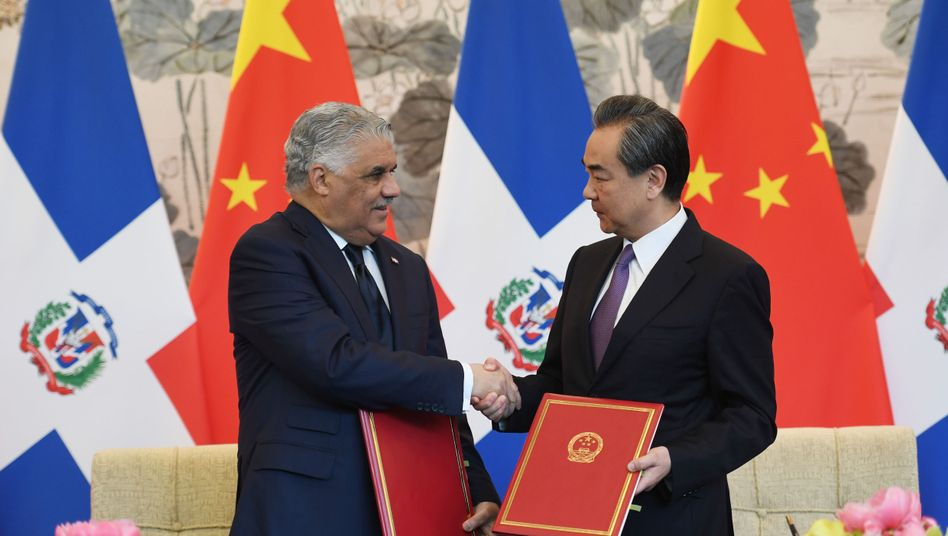 Außenminister Miguel Vargas (l.) und Wang Yi in Peking