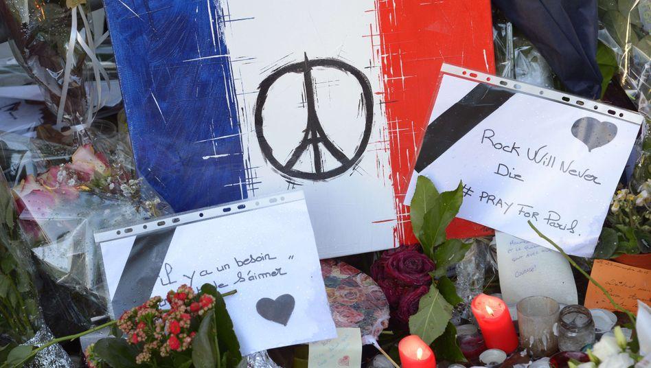 Blumen und Trauerbriefe im November 2015 in Paris