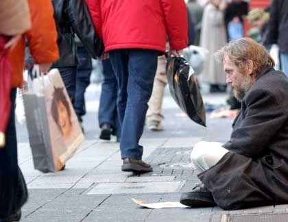 Bettler in der Innenstadt von Kassel: Fast jede siebte Familie ist von Armut betroffen
