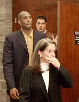 Kobe Bryant mit seiner Anwältin Pamela Mackey: Sechsmal den Namen des Opfers genannt