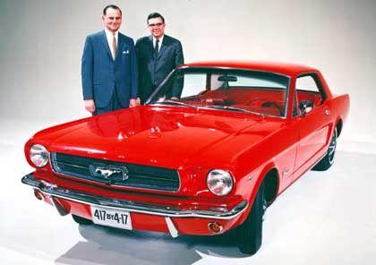 Lee Iacocca und Don Frey neben einem Mustang in den Sechzigern: Beispiellose Ford-Werbekampagne