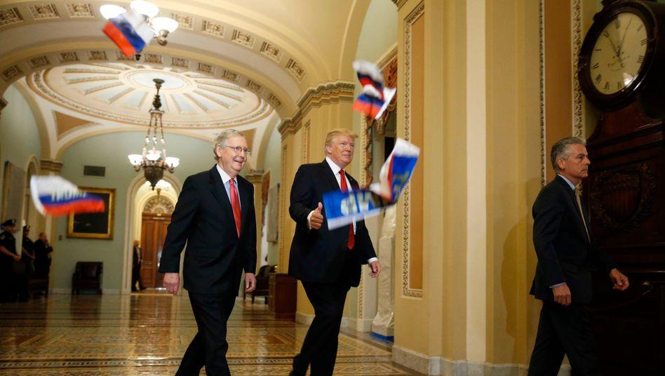 Donald Trump und Mitch McConnell (l.): Parteiinterne Kriegserklärung