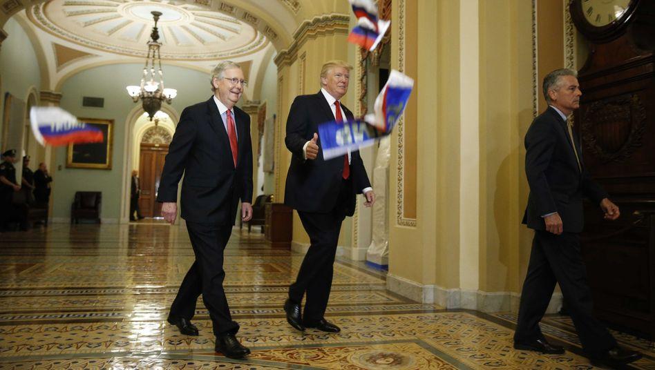 Donald Trump(r.) und Mitch McConnell (Archivbild): Die nötigen Stimmen im US-Senat beisammen