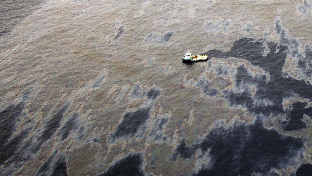 Basiliens Küste: Hunderttausende Liter Öl im Meer