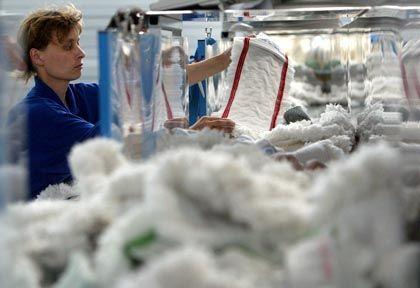 Mitarbeiterin in einer medizinischen Großwäscherei: Streit um Mindestlohn in der Textilbranche