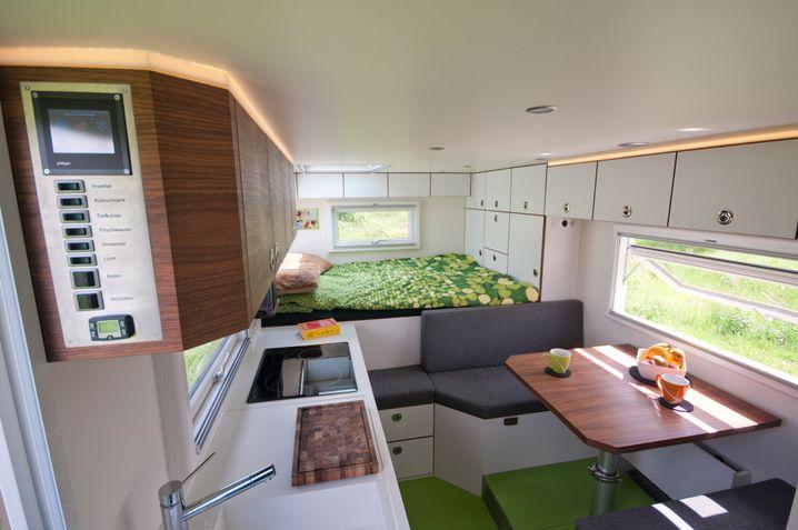Üppig ausgestattete Wohnkabine auf dem Rücken eines Mercedes-Trucks