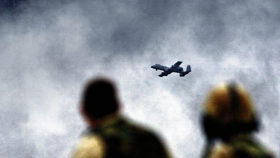 US-Kampfflugzeug über Bagdad im April 2003