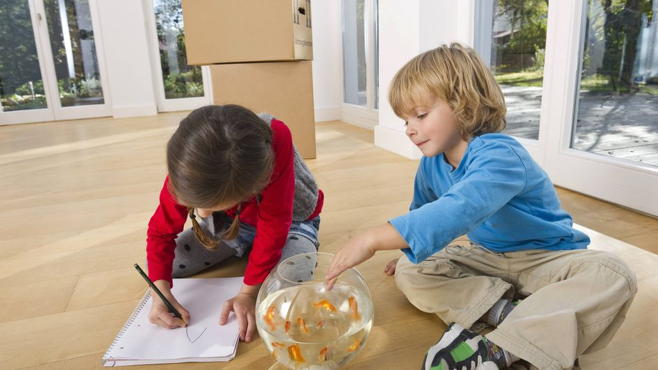 Kinder vor Umzugskisten: Rentner raus, Familien rein?