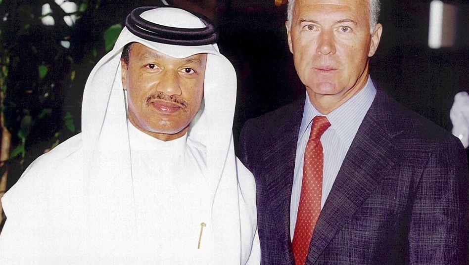 Katarischer Sportfunktionär Mohamed bin Hammam und Franz Beckenbauer in Doha, Juli 2000