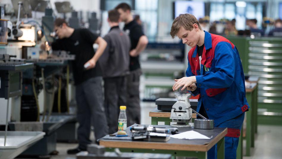 Junge Auszubildende in einer Ausbildungswerkstatt für Mechaniker in Berlin (Symbolbild)