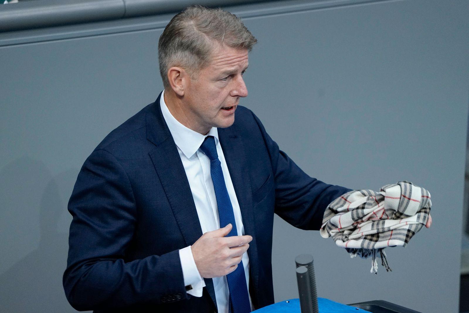 193. Bundestagssitzung in Berlin Aktuell, 20.11.2020, Berlin, Karsten Hilse in der Hand sein Schal als alternative zur G