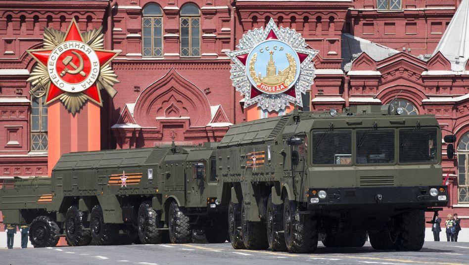 """Startsysteme für """"Iskander""""-Kurzstreckenraketen bei einer Militärparade"""