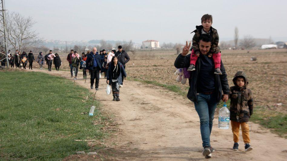 Migranten gehen auf dem Weg zur türkisch-griechischen Grenze