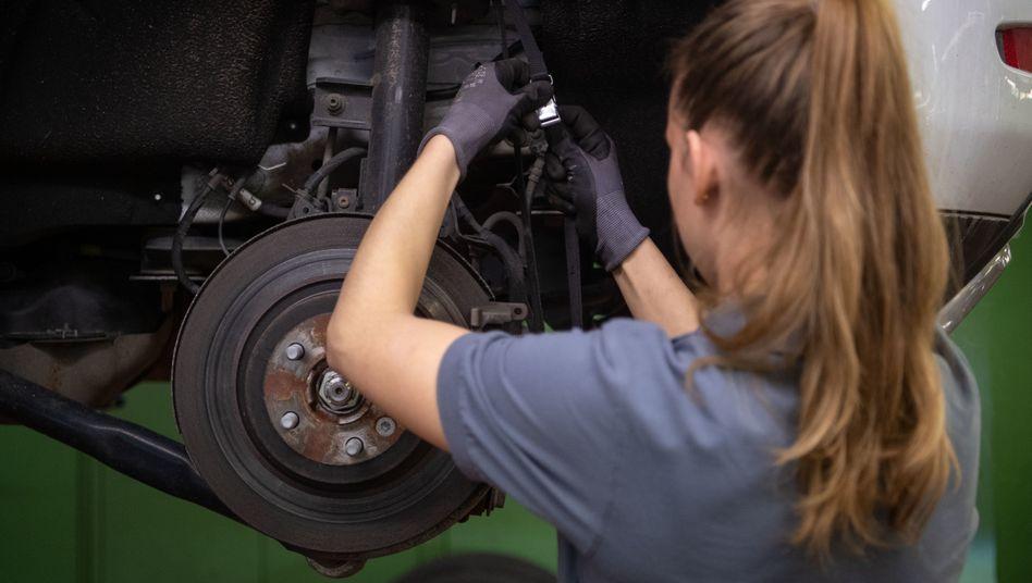 KFZ-Mechanikerin in Stuttgart: Wir müssen also dringend das Schaffen neuer Jobs unterstützen
