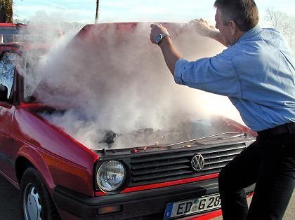 Fahrzeug in Flammen: Brand breitet sich langsam über das ganze Auto aus