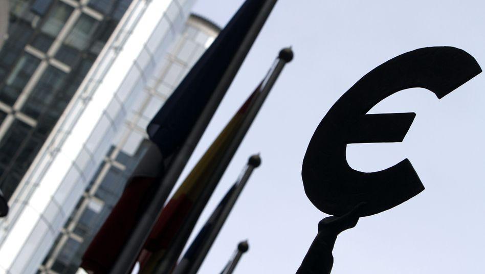 """Euro-Symbol vor dem EU-Parlament in Brüssel: """"Wir dürfen auf keinen Fall auf eine Transferunion hinsteuern"""""""