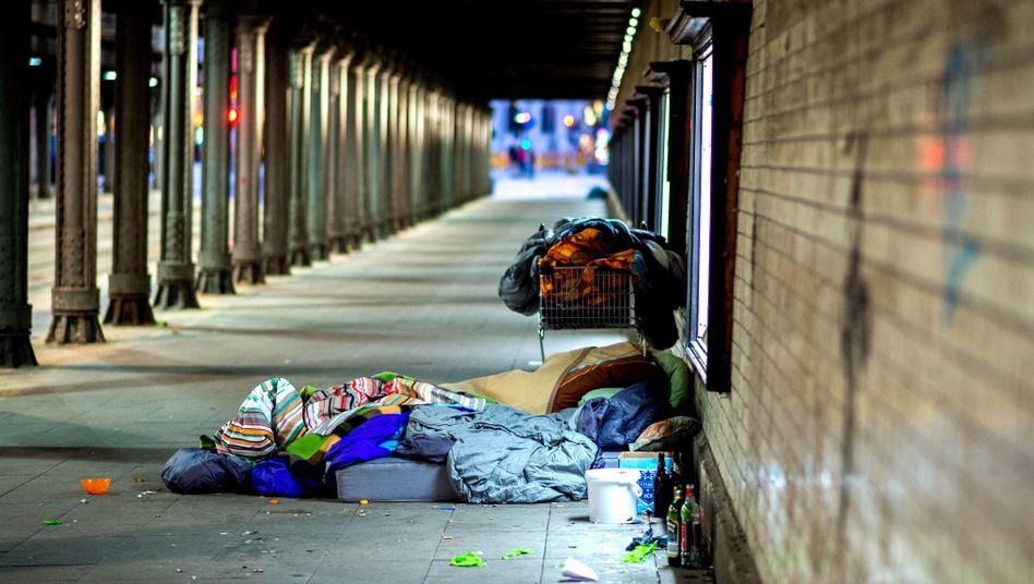Obdachloser unter einer Eisenbahnunterführung in Hannover (Archiv)