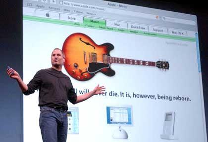 "Apple feiert gern: Steve Jobs bei der ""Music Store""-Präsentation in San Francisco"