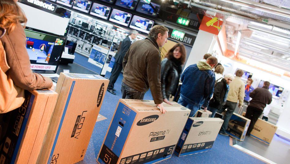Kunden beim Fernsehkauf: Anschaffungen statt Sparen