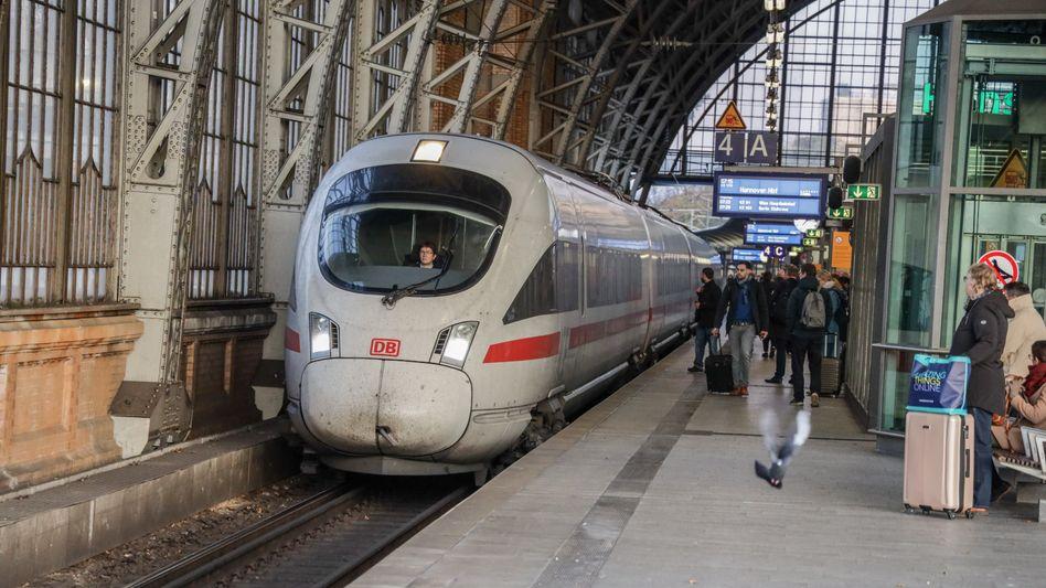 Bahnfahren soll günstiger werden. Doch vorher muss das Gesetz für den Steuerrabatt dafür in den Vermittlungsausschuss von Bundestag und Bundesrat.