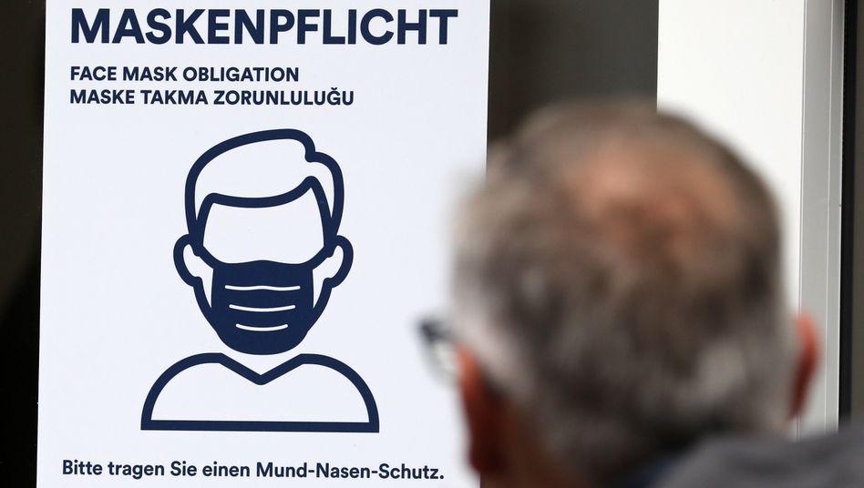 Hinweis auf die Maskenpflicht, hier an einer Rostocker Bankfiliale (Archivfoto)