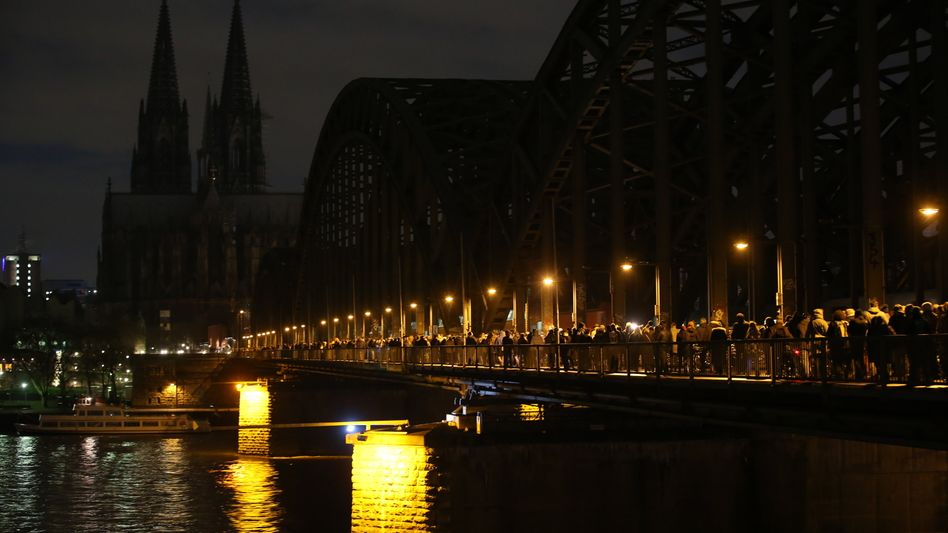 Licht aus, wenn die Besorgten marschieren: Verdunkelter Dom in Köln (Archivbild)