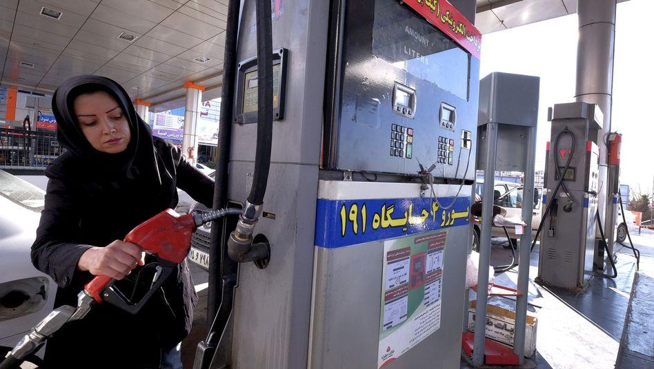 Frau in Teheran beim Tanken: Aufholbedarf in Sachen Ölförderung
