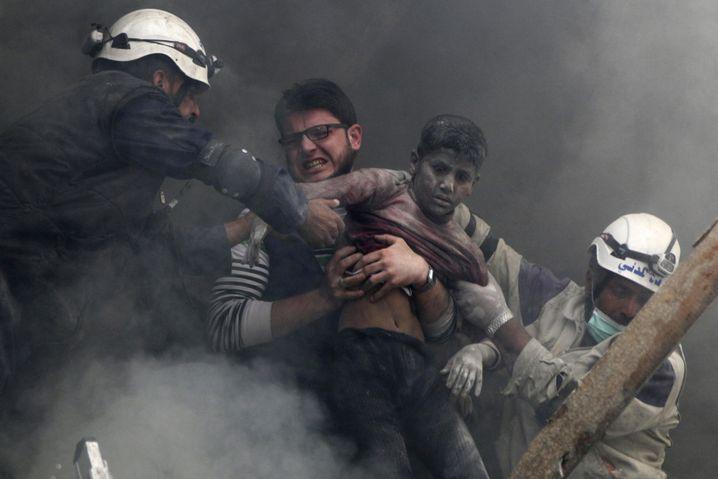 Tod in den Trümmern: Syrische Freiwillige retten einen Jungen in Aleppo 2014 nach einem Fassbombenangriff des Militärs.