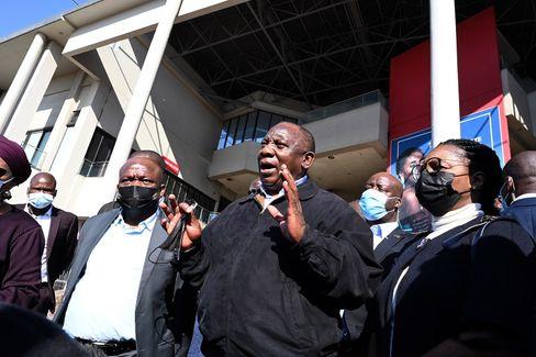 Südafrikas Präsident Cyril Ramaphosa (M.)