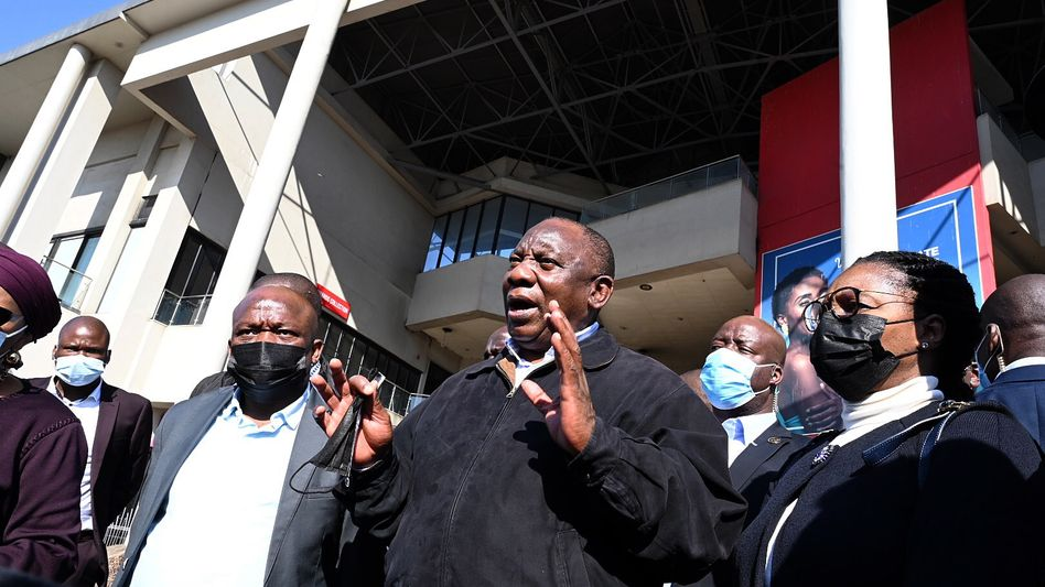 Südafrikas Präsident Ramaphosa in einer von den Krawallen betroffenen Gegend in der Hafenstadt Durban