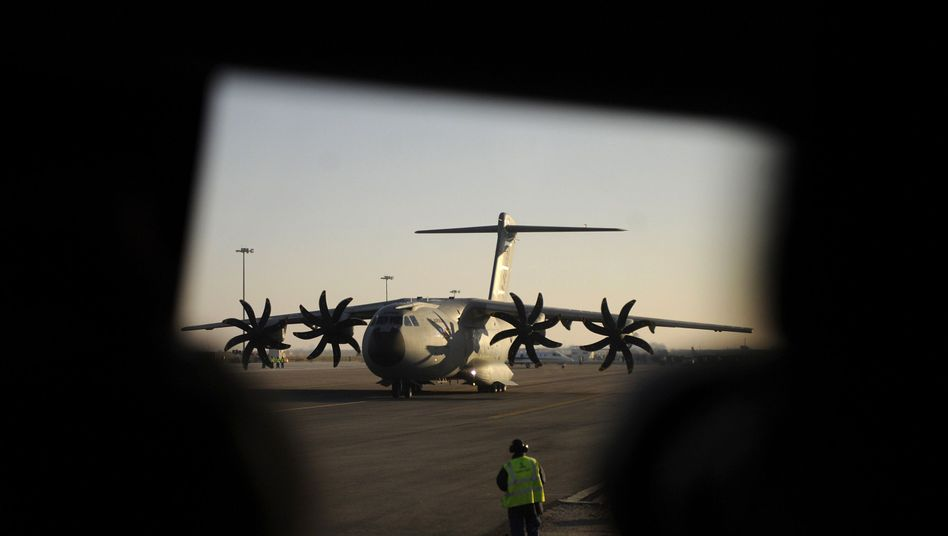 The military transport plane A400M from Airbus faces huge cost overruns and, according to Airbus head Thomas Enders, possible cancellation.